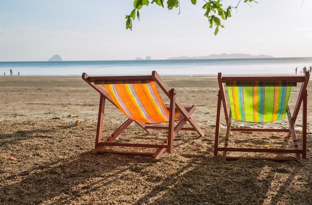 空のカップルベッド旅行背景と夏のビーチの夕日。