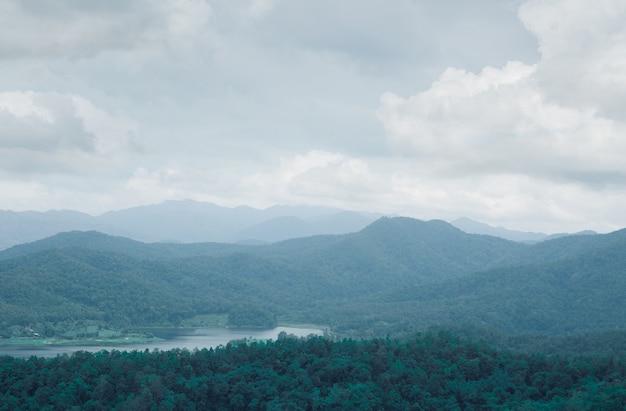 山の丘の自然の風景