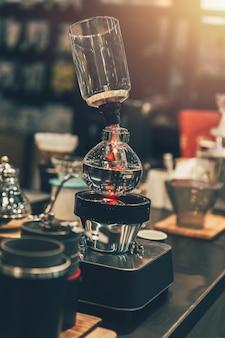 コーヒーショップヴィンテージ色のサイフォンコーヒーメーカーカフェ