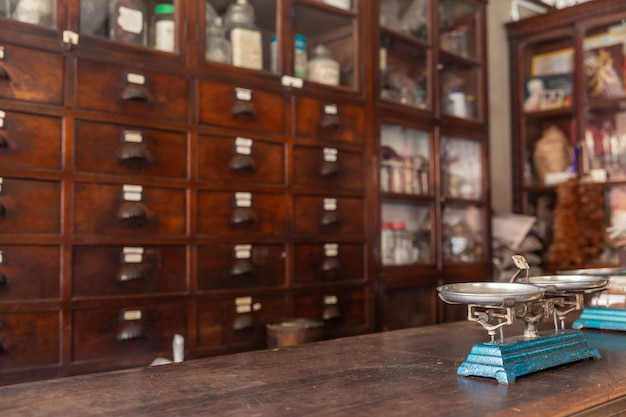 アジア風タイ風中華風ハーブハーブショップ非常に古い木製のカウンターのバランススケール