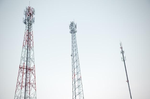 白い空に複数のタイプのタワー通信無線信号アンテナタワー