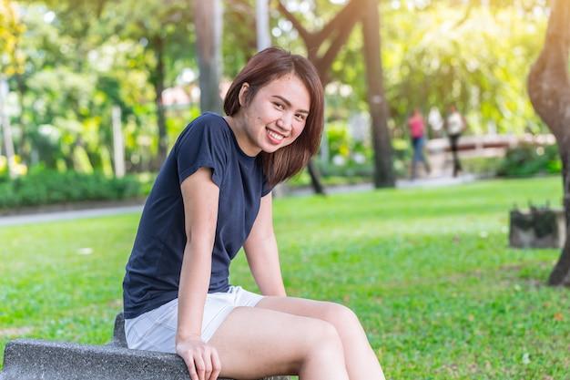 公園で笑っているアジアの健康的な十代