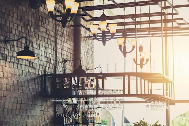 吊り下げ式電球セットを備えたモダンなロフトスタイルのレストラン