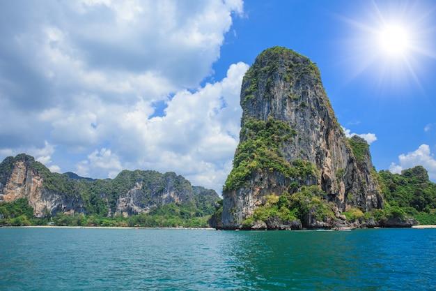 タイの海と島は、夏のシーズンの日にクラビで海の海景を旅行します。