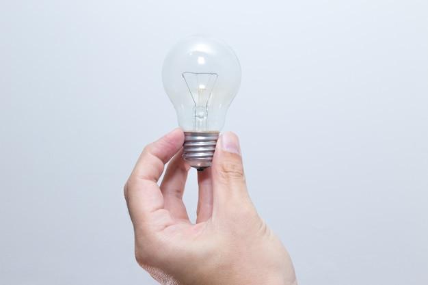Рука держать лампочку креативность или мышление инновация креативная концепция