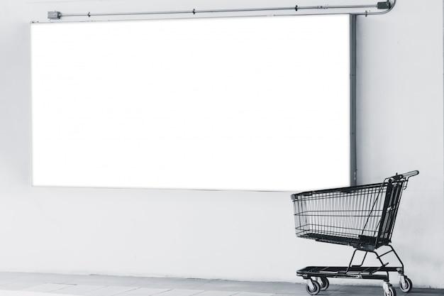 スーパーマーケットのプロモーション販売でショッピングカートと広告スペースの看板