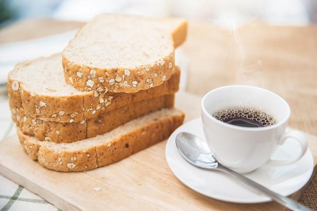 全粒粉パンとブラックコーヒー良い健康的な朝の食事低脂肪食品