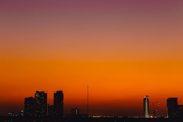 シルエット夕暮れ都市静かな穏やかな夕焼け空雲オレンジ色の空の景色