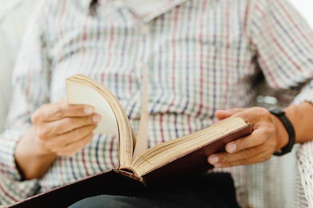 Крупным планом старшая рука открытие чтения книги