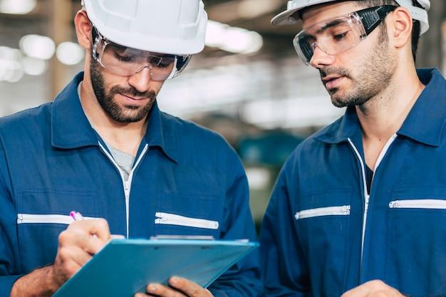 Работник помочь вместе с рабочим контрольный список с листом документа отчета.