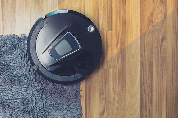Очистка пылесоса робота на пыльном деревянном полу и ковровом покрытии