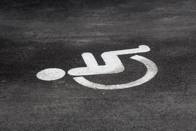 Знак инвалидности на стоянке.