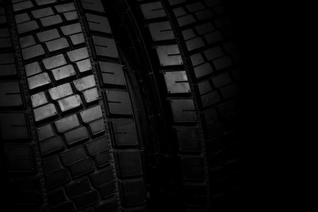 トラックタイヤ、黒いゴム製ピックアップホイールの新しい光沢のある車のタイヤの背景