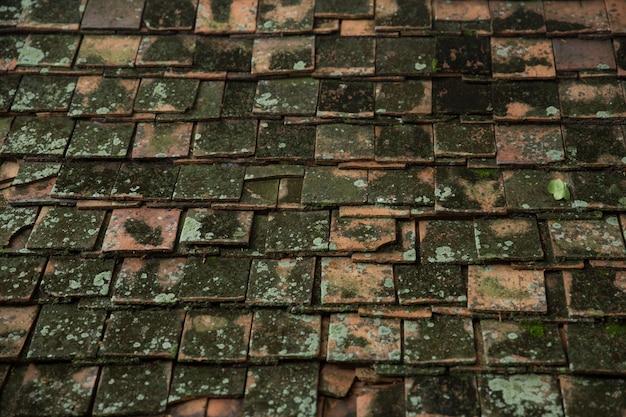 タイアジア寺院の屋根スタイル建築パターン背景の非常に古い汚れた屋根瓦