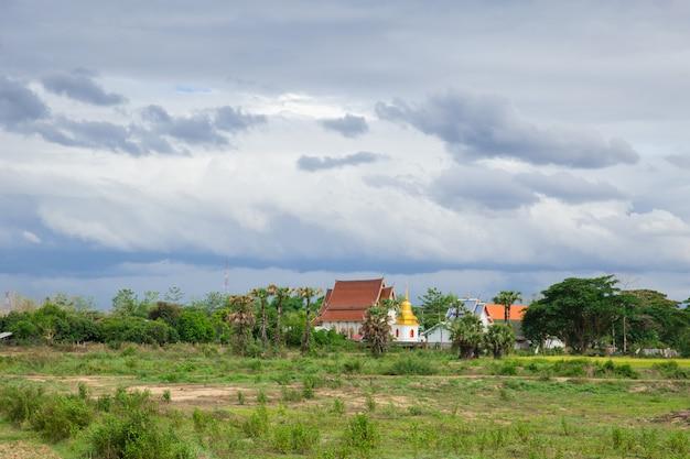 タイの田舎の田園地帯でタイの仏教寺院曇りの雨季の風景。