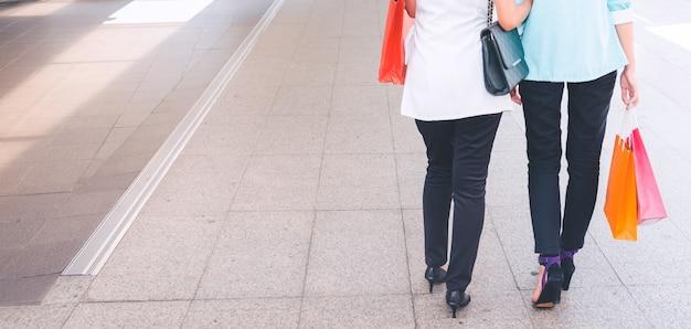 ショッピングで楽しむショッピングバッグを持つ幸せな女性。女性のショッピング、ライフスタイルのコンセプト