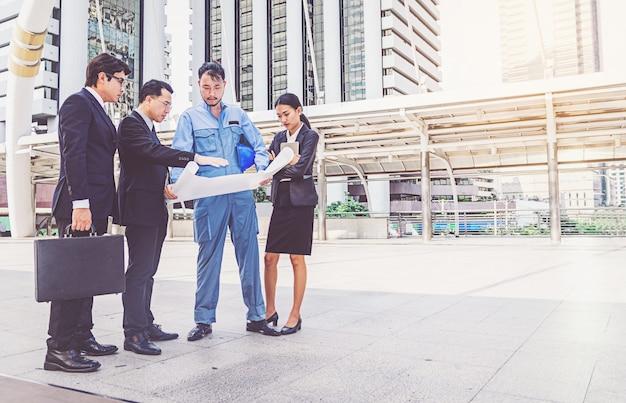 建設現場でのビジネスマネージャーとエンジニアの会議プロジェクト