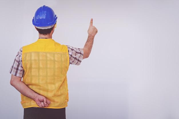 アラブ技術者の男は青い帽子安全ヘルメットを着用
