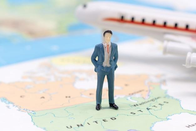 Миниатюрные люди, бизнесмен стоял на карте американец