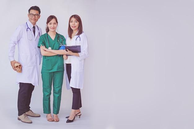 医師や看護師がタブレットデバイスで患者情報を確認する
