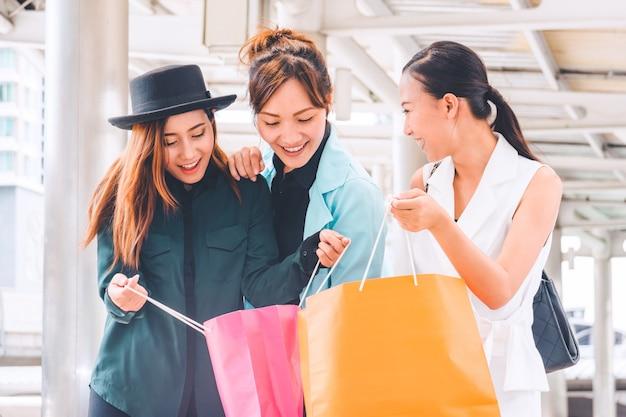 買い物を楽しんで買い物袋を持つ幸せな女。女性のショッピング、ライフスタイルのコンセプト