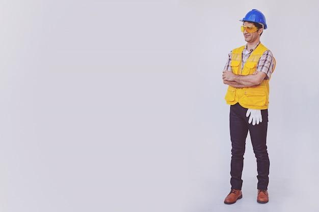 アラブ人のエンジニアが青い帽子の安全ヘルメットを着用