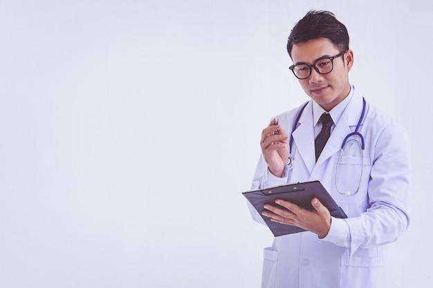 Доктор, держа в буфер обмена с рецептом