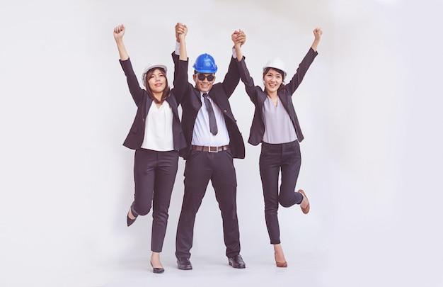 エンジニアと建築家の幸せの中で両手を広げて立っています。
