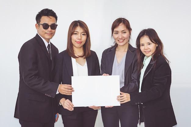 Группа деловых людей, позирует с белой доски