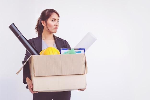 Коммерсантка держа коробку покидая офис после увольнять