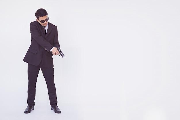 男は銃を持って、スマートな男