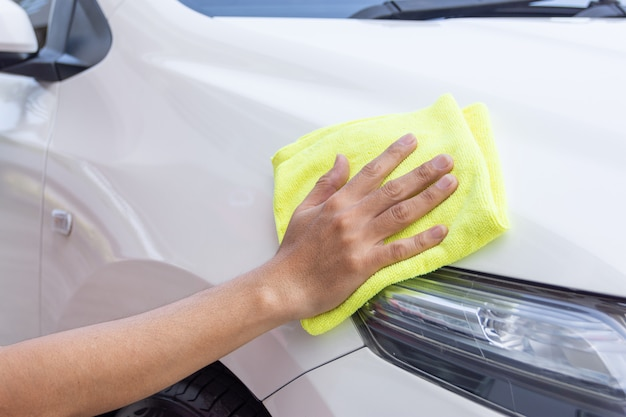 マイクロファイバーの布で車の掃除人