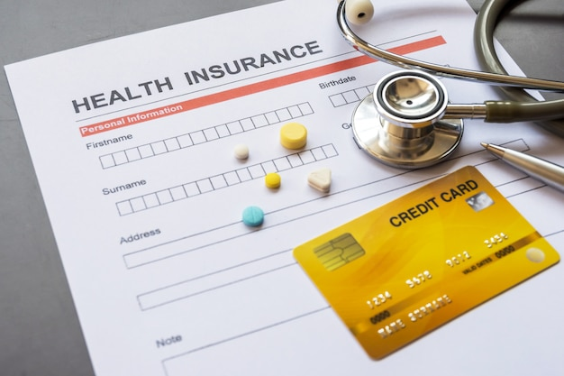 モデルと保険証券を含む健康保険フォーム