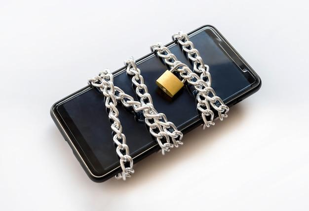 チェーンと南京錠、安全コンセプトを持つスマートフォン。