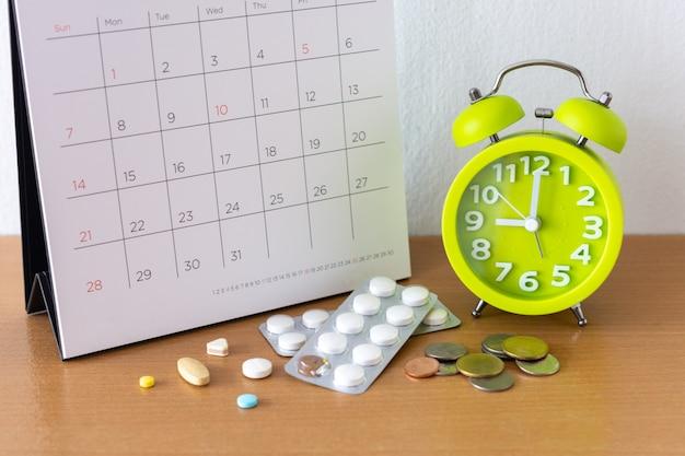 カレンダーとテーブルの上の薬。