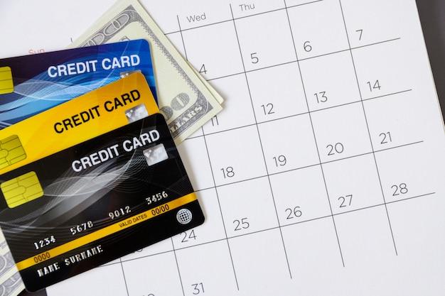 Календарь с днями и кредитной картой на столе. концепция покупок