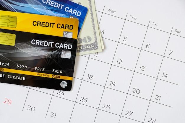 日とテーブルの上のクレジットカードのカレンダー。ショッピングコンセプト