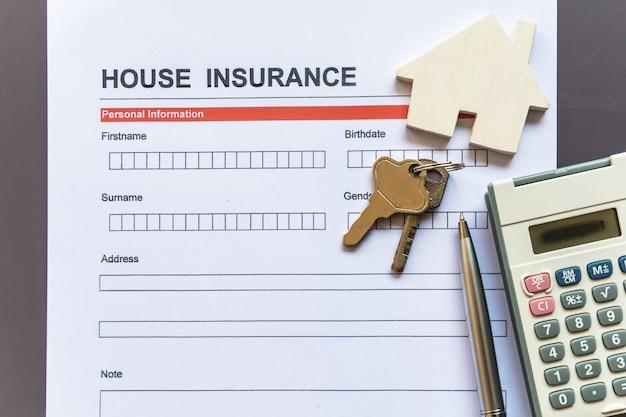 モデルと保険証券を備えた住宅保険フォーム