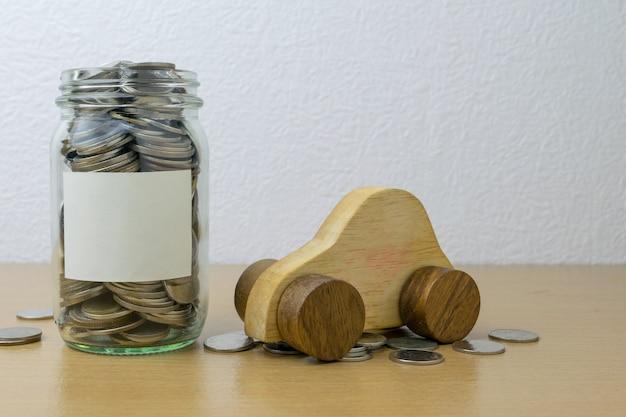 お金のコンセプトのためにガラス瓶に貯金