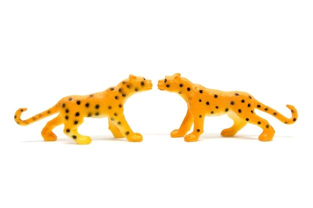 白い背景、動物のおもちゃプラスチックで隔離されたヒョウのモデル