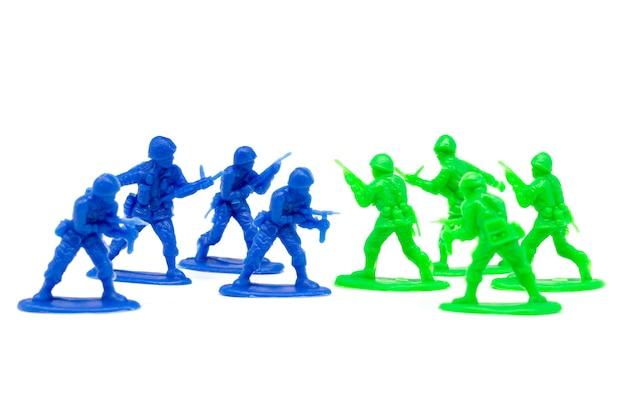 ミニチュアおもちゃの兵士は敵を攻撃する