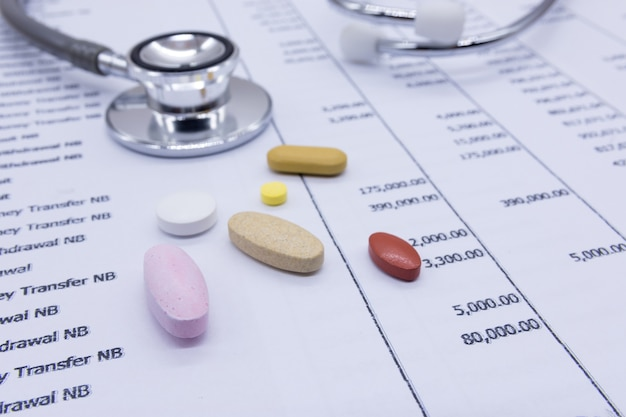 銀行声明の背景、金融健康のコンセプトの聴診器と医学。