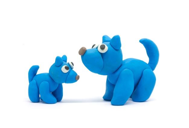 Играть тесто собака отца и сына на белом фоне
