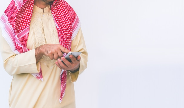 アラブのビジネスマンは、携帯電話で使用して
