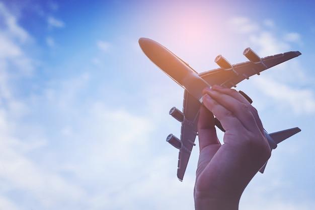 飛行機を持っている小さな子供の手