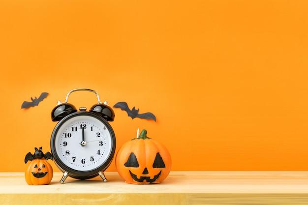 Хэллоуин тыквы на деревянном столе
