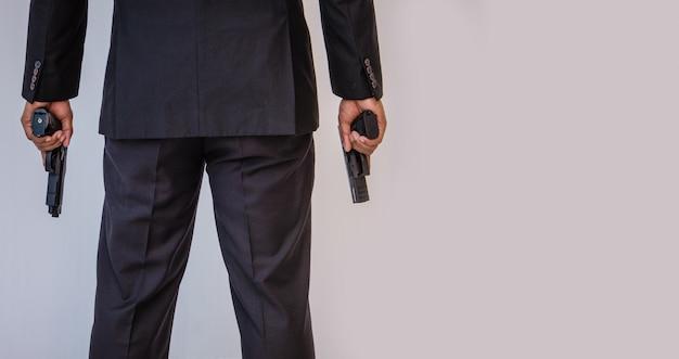 Мужчина держит пистолет