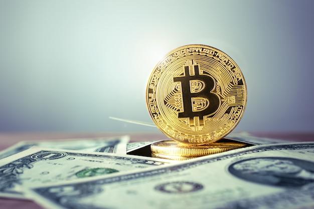 Золотая монета биткойн с долларом сша