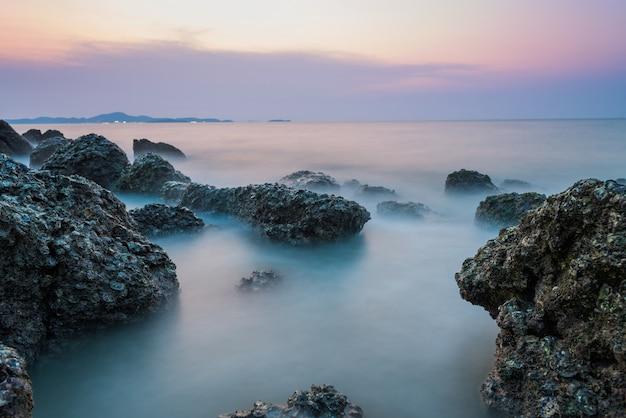 Длительная выдержка морского и каменного морского пейзажа
