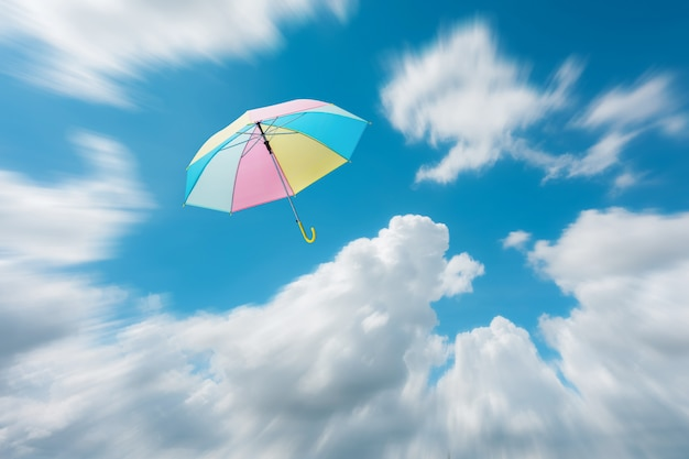 抽象的な空の自由の背景で飛んでいる抽象的な傘